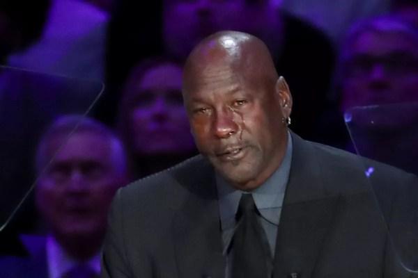 """Michael Jordan chora copiosamente na despedida de Kobe: """"Meu irmão mais novo"""""""