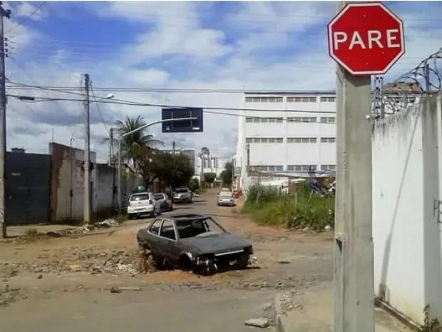 Além da cratera, ruas estão sem pavimentação adequada (Foto: Cícero Valário/Agência Miséria)