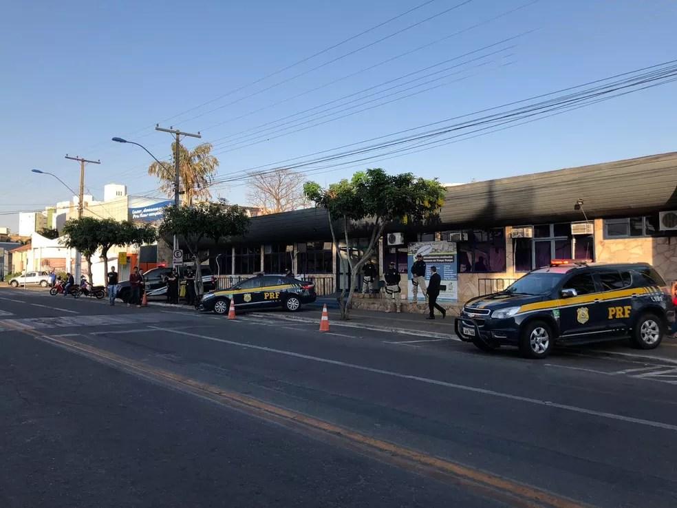 Mandados sendo cumpridos na Prefeitura de Caldas Novas; Evandro Magal foi preso — Foto: MP-GO/Divulgação
