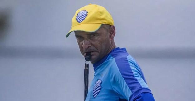 Adriano Rodrigues comanda o treino do CSA na véspera do jogo contra o Aliança — Foto: Augusto Oliveira/CSA