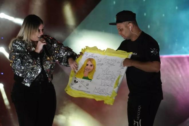 Marília Mendonça recebe presente de fã na Festa do Peão de Americana  — Foto: Júlio César Costa