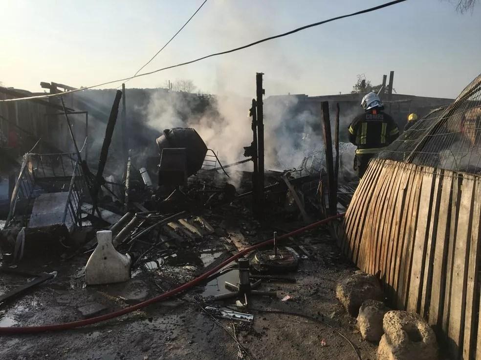 Fogo atingiu quatro residências, estima bombeiros — Foto: Josmar Leite/RBS TV