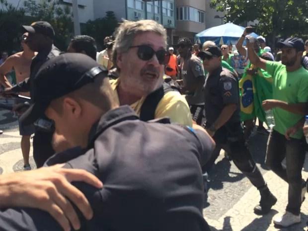 Homem provoca tumulto durante protesto em Copacabana (Foto: Matheus Rodrigues/G1)