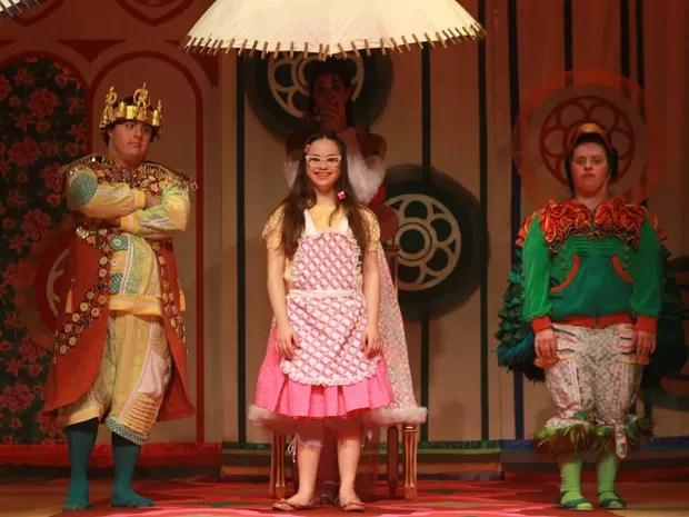 Os atores Rita Pokk, Ariel Goldemberg e Joana Mocarze atuam na peça 'O Reizinho Mandão' (Foto: Divulgação/ Teatro Colinas)