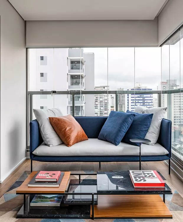 Terraço | Para deixar a vista livre, o sofá foi posicionado na lateral, o que também deixou a circulação fluída entre cozinha, bar e estar (Foto: Renato Navarro/Divulgação)