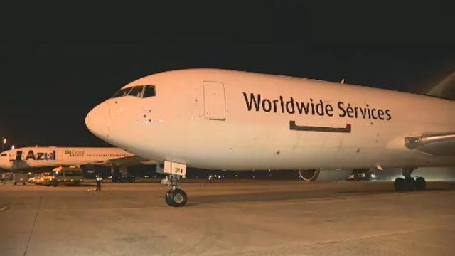 Avião com o lote de vacina da Pfizer chega ao Brasil pelo aeroporto de Viracopos — Foto: Vanderlei Duarte/EPTV
