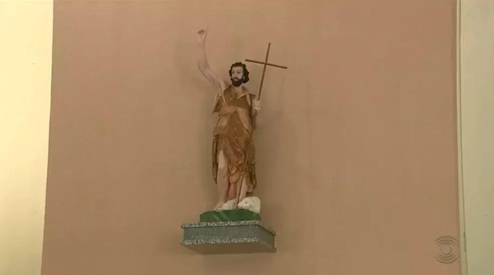 Imagem de São João na Paróquia dedicada ao santo em Campina Grande (Foto: Reprodução/TV Paraíba)