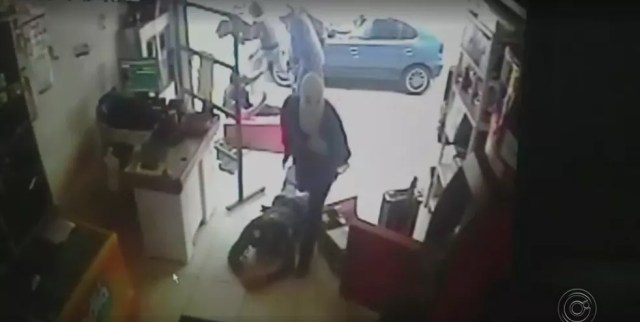 Ladrões agrediram e roubaram vigilantes em supermercado de Itupeva (Foto: Reprodução/TV TEM)