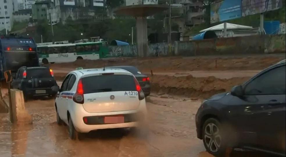 Chuva causa pontos de alagamento na manhã desta segunda (24) em Salvador — Foto: Reprodução/TV Bahia