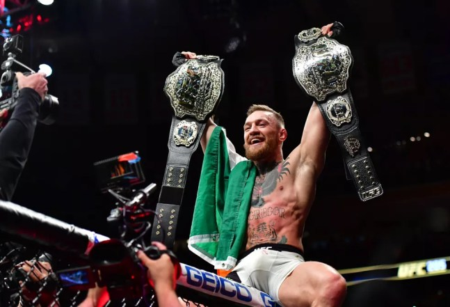 Conor McGregor foi o primeiro campeão de duas divisões de peso simultaneamente no UFC — Foto: Jason Silva
