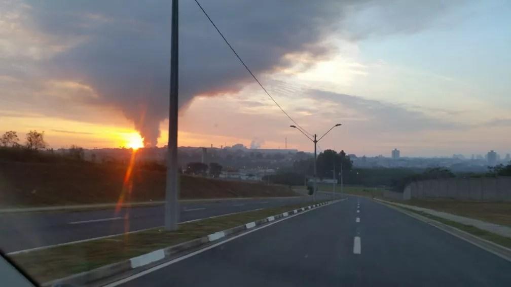 Incêndio em metalúrgica de Piracicaba visto de estrada (Foto: Carlos Eduardo Castro/Arquivo pessoal)