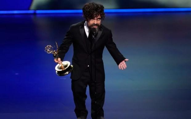 Peter Dinklage, de 'Game of thrones', agradece o prêmio de melhor ator coadjuvante por uma série de drama, no 71º Emmy no Microsoft Theatre, em Los Angeles, no domingo (22) — Foto: Reuters/Mike Blake