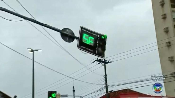 O semáforo que sinaliza o cruzamento ficou virado para o lado oposto após o acidente (Foto: Reprodução/TV TEM)