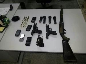 Armas e munições foram apreendidas pelo Gecoc no bairro do Ouro Preto (Foto: Divulgação/Ascom MP-AL)