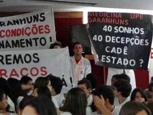 Estudantes de medicina do campus Garanhuns protestaram (Foto: Katherine Coutinho/G1)