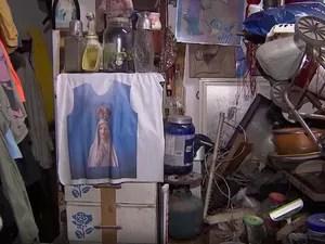 Objetos acumulados na casa de Manoel, em Salvador (Foto: Imagens/ Tv Bahia)
