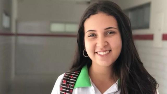 Rafaela está conciliando a conclusão do ensino médio com um trabalho na área de tecnologia da informação. 'Sem pandemia, estaria me dedicando 100% ao Enem', diz. — Foto: Arquivo Pessoal/BBC