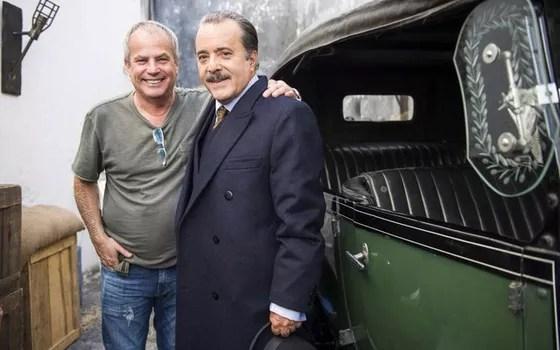 O diretor Jayme Monjardim e o ator Tony Ramos posam em bastidores das primeiras cenas da nova trama (Foto: Divulgação/ Rede Globo)
