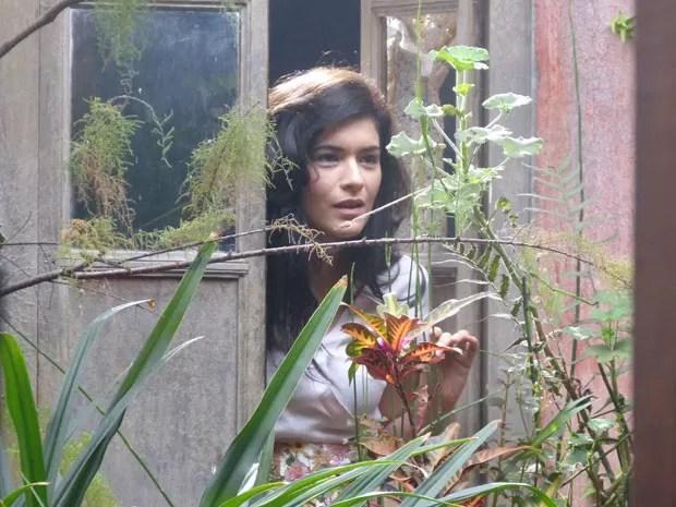 A bela Cristal se interessa pelo piloto logo na chegada dele (Foto: Flor do Caribe/TV Globo)