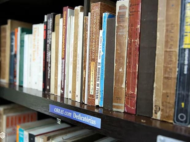 Acervo pessoal da escritora cearense estará disponível na Biblioteca da Unifor. No total, são mais de 3 mil itens, entre livros e periódicos (Foto: Ares Soares/Unifor)