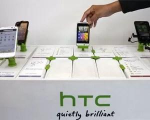Loja expõe smartphones da fabricante HTC (Foto: Pichi Chuang/Reuters)
