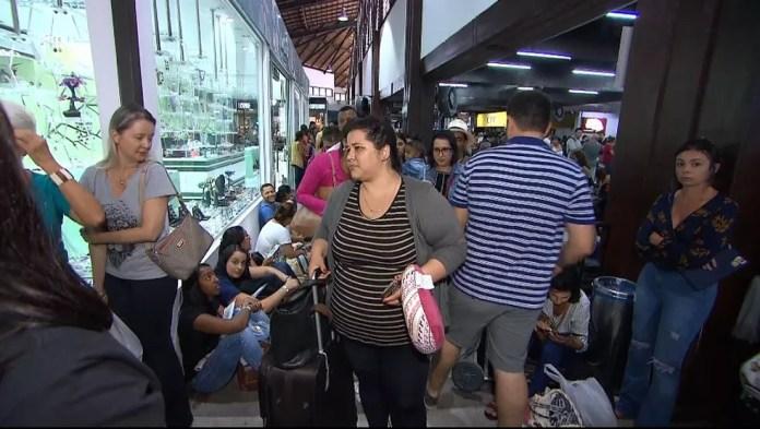 Passageiros no aguardo de informações no aeroporto de Porto Seguro — Foto: Clériston Santana/ TV Bahia