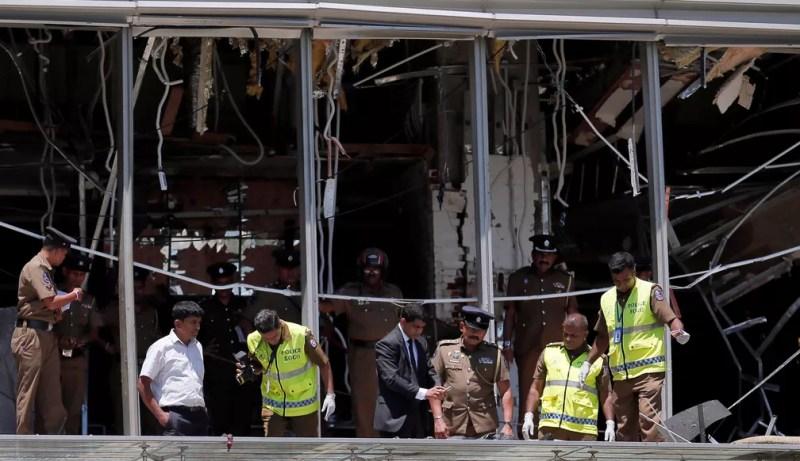 Área de hotel atingido por explosão é vistoriada em Colombo — Foto: Dinuka Liyanawatte/Reuters