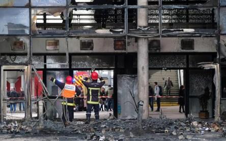 Bombeiros trabalham na entrada de uma escola em Blagnac, no Sul da França, destruída por fogo quando os estudantes protestavam — Foto: Eric Cabanis/AFP
