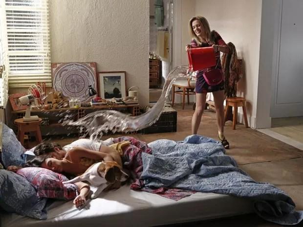 Sem dó, Vitória lança água sobre os pombinhos enquanto dormem (Foto: Fábio Rocha/Gshow)