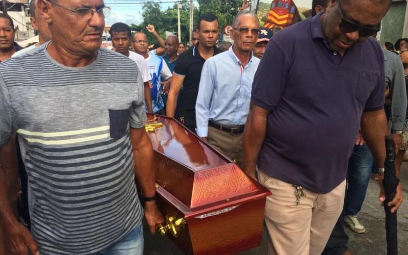 Parentes e amigos carregam caixão de artista plástico morto em Candeias (Foto: Anna Valéria/ TV Bahia)