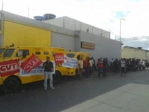 Motoristas de carro-forte e vigilantes protestam na frente da sede da Prosegur (Foto: Carolina Sanches/G1)