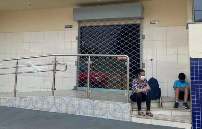 Mãe e filho em frente a escola após aluno ser convidado a se retirar por falta de cuidador — Foto: Redes sociais/Reprodução