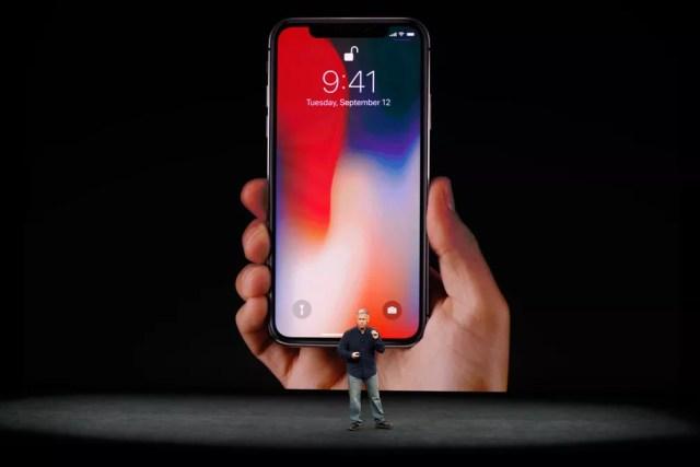 O iPhone x é apresentado nesta terça-feira (12), em evento em Cupertino, na Califórnia, pelo vice-presidente senior de marketing global da Apple, Phil Schiller (Foto: Stephen Lam/Reuters)