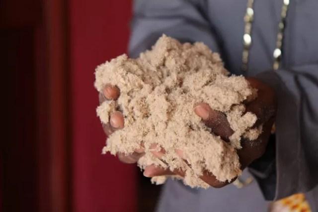 Fibra do caule da banana é usada na fabricação de absorventes sustentáveis em Ruanda (Foto: Stephanie Aglietti/AFP)