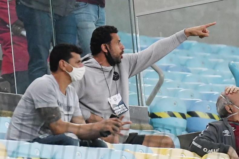 Fred reclama e aponta para o campo em determinado momento — Foto: Alexandre Durão / ge