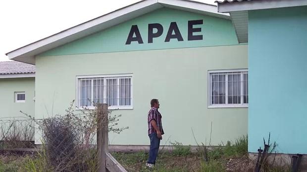 Apae admite que a porta da frente estava aberta (Foto: João Laud/RBS TV)