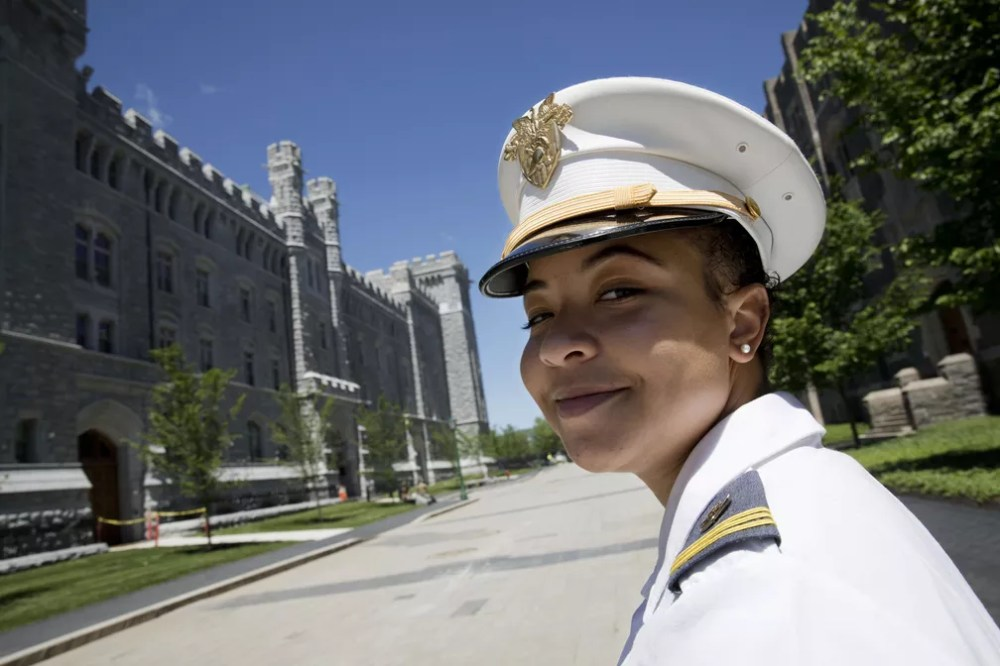 A formanda Gabrielle Young vai para a faculdade de medicina. — Foto: Mark Lennihan/AP