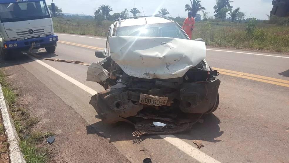 Veículo de empresa que trabalha em obras em trecho da via também ficou parcialmente destruído.  — Foto: Divulgação/PRF