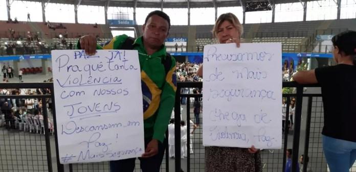 Rosana Silva e Antônio da Paz são voluntários de ONG que aborda o tema da violência e foram prestar solidariedade ás famílias das vítimas do massacre da Escola Raul Brasil em Suzano — Foto: Maiara Barbosa/G1