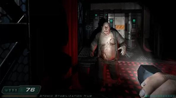 Doom 3 era um game bem escuro e forçava o jogador a escolher entre usar uma lanterna ou uma arma (Foto: Reprodução/Episteme)