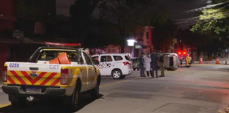 Mulher morre em acidente na Zona Norte de SP; Avenida Roland Garros ficou interditada para perícia — Foto: Reprodução TV Globo