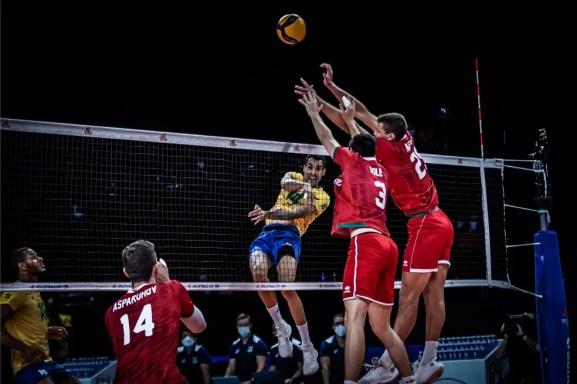 Douglas Souza ataca para o Brasil contra a Bulgária — Foto: Divulgação