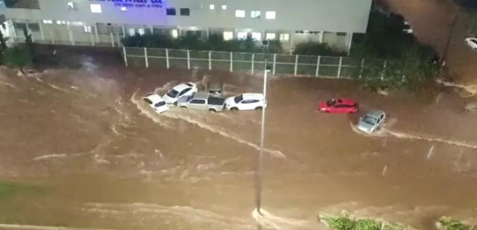Veículos na Rodon Pacheco durante alagamento registrado na via por conta de chuva em Uberlândia — Foto: Pedro Henrique Santana/ Arquivo Pessoal