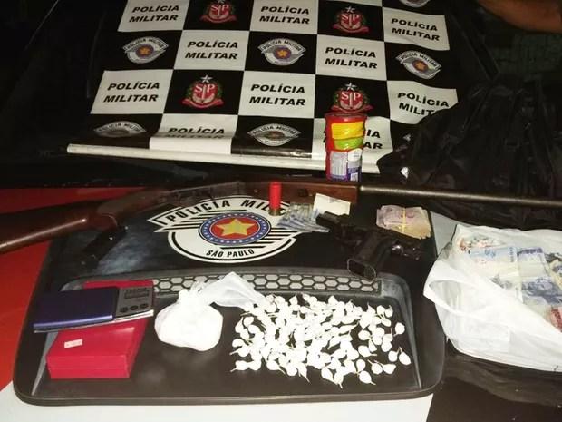 Polícia apreendeu armas e porções de cocaína (Foto: Divulgação / Polícia Militar)