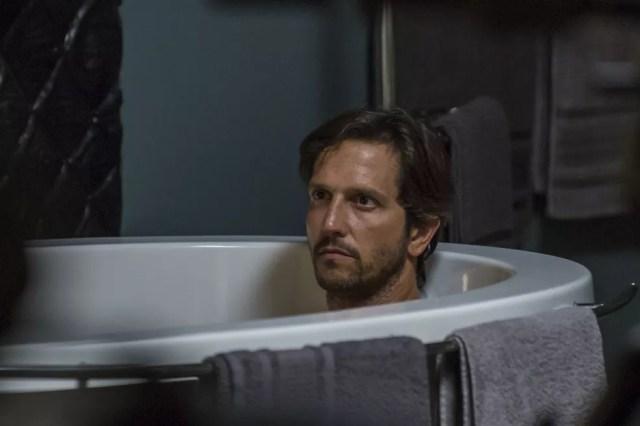 O malandro aparece na banheira da cafetina — Foto: Artur Meninea/Gshow