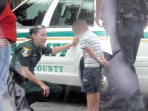 Em maio de 2010, uma mãe pediu para um policial que era seu amigo para encenar a prisão de seu filho de apenas cinco anos em Lehigh Acres, na Flórida (EUA), por causa do mau comportamento do menino. A mulher disse que a criança estava brincando com fósforos. Como forma de assustá-la, ela pediu para o agente fazer a falsa prisão. (Foto: Reprodução)