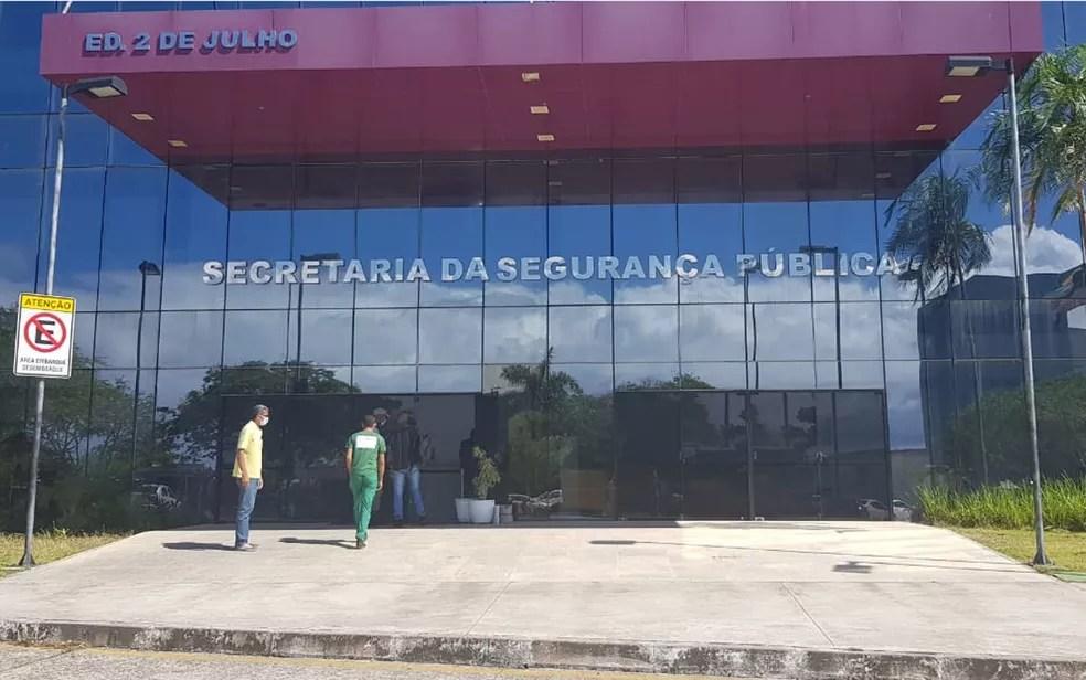 Agentes da PF estiveram na sede da SSP-BA nesta segunda (14) e informações iniciais apontam que secretário é alvo da operação — Foto: Mauro Anchieta/TV Bahia