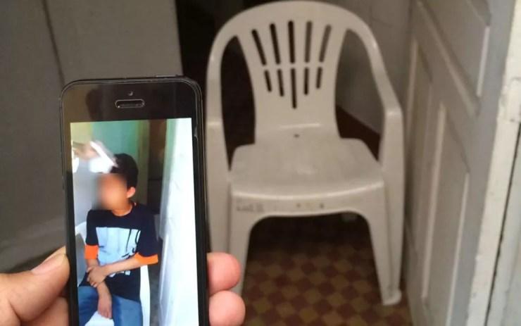 Menino foi tortutado em cadeira na escadaria da pensão (Foto: Glauco Araújo/G1)
