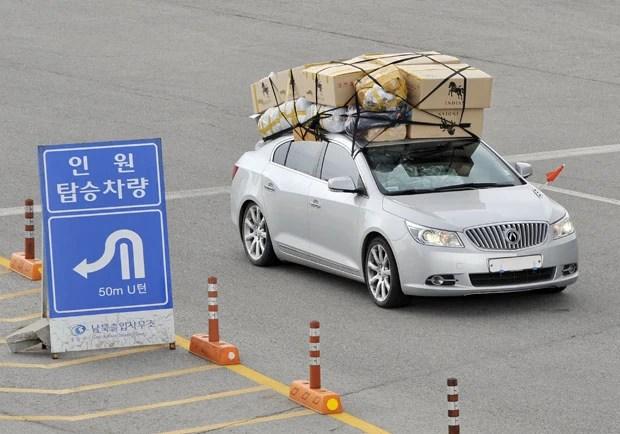 Carro carregado de caixas em direção a Coreia do Sul (Foto: Jung Yeon-Je/AFP)