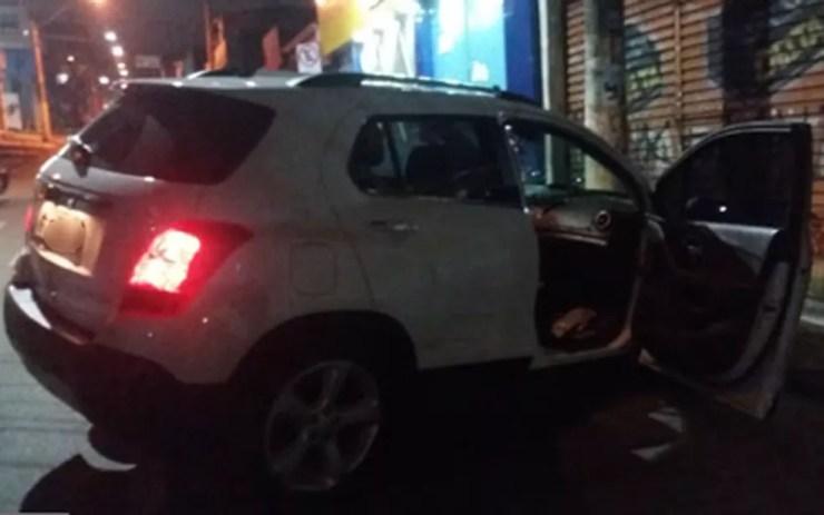 Carro roubado foi perseguido por policiais militares; após troca de tiros, três suspeitos foram mortos perto da Estrada do Cabreúva em Carapicuíba — Foto: Reprodução/TV Globo